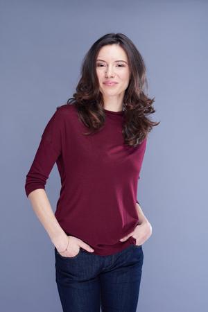 Portret van jonge vrouw geïsoleerd op witte achtergrond in studio Stockfoto