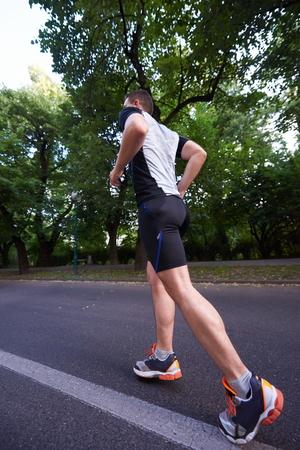 cuerpo hombre: hombre deportista sano a correr por la ma�ana en roat vac�o en la ciudad