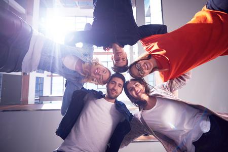 mujeres juntas: estudiantes felices celebran, grupo de amigos juntos en la escuela, los j�venes levantan las manos, se apilan y obtener en la formaci�n de c�rculo juntos Foto de archivo