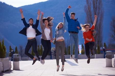 estudiantes universitarios: grupo de estudiantes felices divertirse al aire libre en el parque del campus universitario Foto de archivo