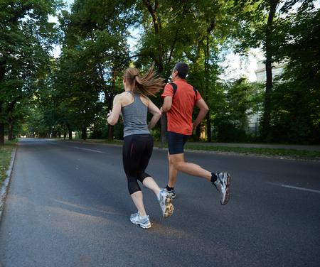fitness hombres: deportes urbanos pareja trotar sana