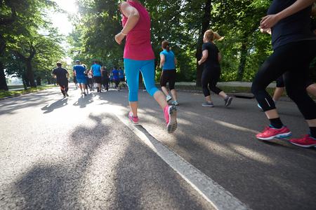 personas trotando: grupo de gente correr, los corredores del equipo en el entrenamiento de la mañana