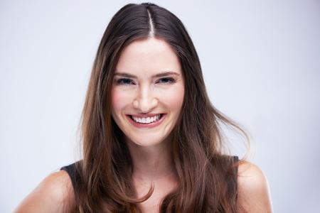 femme brune: portrait de jeune femme isol�e sur fond blanc en studio Banque d'images