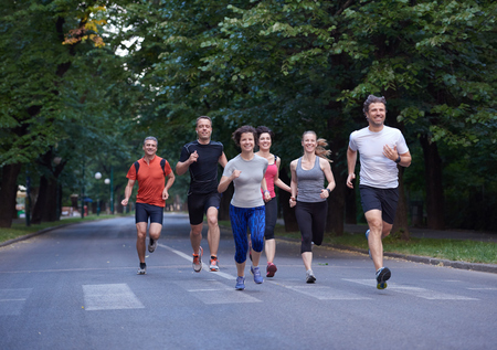 gente corriendo: grupo de gente correr, los corredores del equipo en el entrenamiento de la mañana