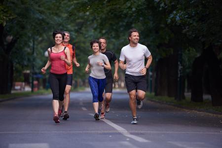 coureur: Personnes Groupe de jogging, les coureurs équipe sur la formation du matin