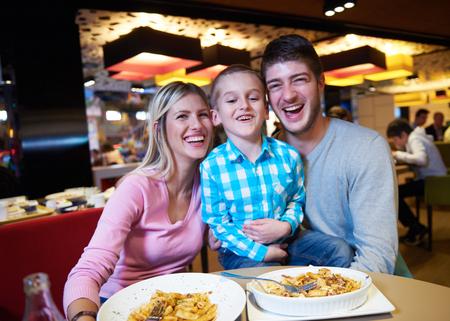Famille, ensemble, ont pause déjeuner dans un centre commercial Banque d'images - 46536025