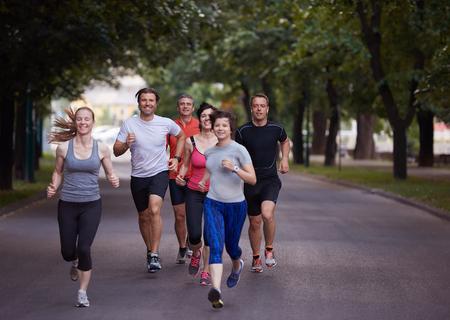 grupo de hombres: grupo de gente correr, los corredores del equipo en el entrenamiento de la mañana