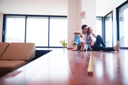 glückliches junges romantisches Paar an neuen modernen Haus unter Renovierung Lizenzfreie Bilder