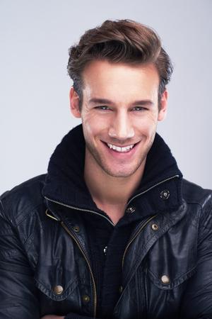 uomo felice: bel ritratto giovane uomo isolato su sfondo bianco in studio