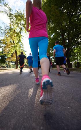 deportistas: grupo de gente correr, los corredores del equipo en el entrenamiento de la mañana