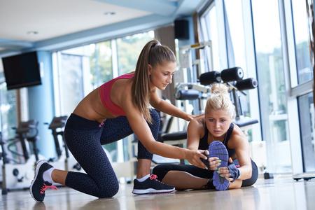 gimnasio: ejercicio de la mujer y que se resuelve con entrenador personal en el gimnasio Foto de archivo
