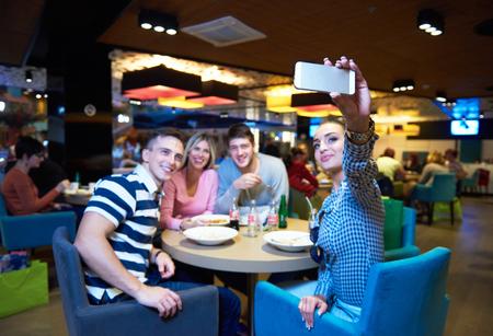 plaza comercial: amigos tienen descanso lancha en el centro comercial, comer comida rápida italiana Foto de archivo