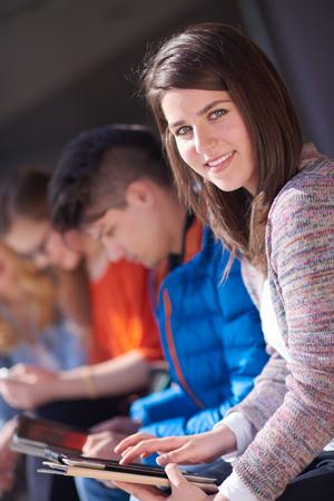 현대 대학에서 태블릿 컴퓨터로 함께 학교 프로젝트에 종사하는 학생 그룹