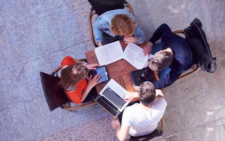 jovenes estudiantes: grupo de estudiantes que trabajan en proyecto la escuela juntos en la universidad moderna, concepto de negocio superior vista el trabajo en equipo