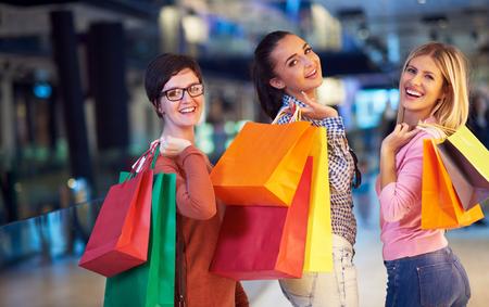 chicas de compras: chicas jóvenes felices en el centro comercial, los amigos que se divierten juntos
