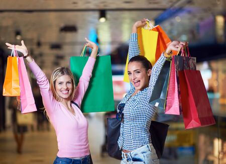chicas de compras: happy young girls in  shopping mall, friends having fun together