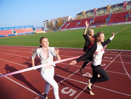 personas corriendo: la gente de negocios que se ejecutan juntos en atletismo pista de carreras