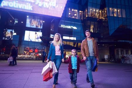 plaza comercial: Grupo de amigos que disfrutan de compras juntos grupo de jóvenes felices disfrutando frineds compras de la noche y caminar en Steet en la noche con centro en el fondo