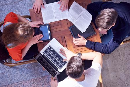 groep studenten werken aan schoolproject samen op moderne universiteit, bovenaanzicht teamwork business concept