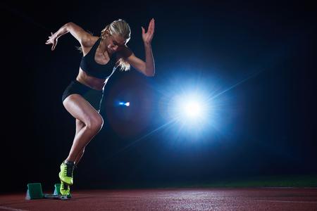 체육 트랙에 시작 블록을 떠나 여성 스프린터의 픽셀 화 디자인. 측면보기. 폭발 시작 스톡 콘텐츠