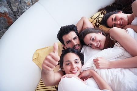 mujer sexy desnuda: hombre joven playboy guapo machista en la cama con tres hermosa mujer sexy