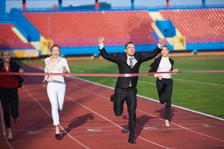 gente corriendo: la gente de negocios que se ejecutan juntos en atletismo pista de carreras