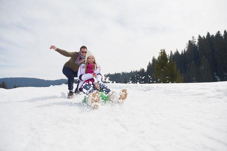 personas saltando: romantic winter  scene, happy young couple having fun on fresh show on winter vacatio, mountain nature landscape Foto de archivo