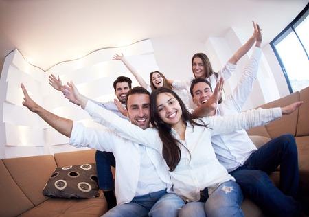 groupe d'amis qui prennent selfie photo avec la tablette à l'intérieur de la maison moderne