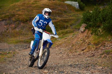 AFICIONADOS: los conductores de motocross aficionados tienen manía paseo en el camino de las montañas