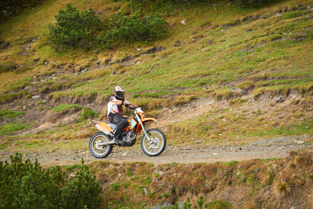 amateur: los conductores de motocross aficionados tienen man�a paseo en el camino de las monta�as