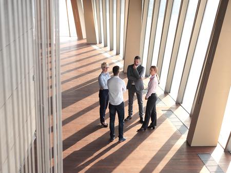 personas de pie: grupo de personas de negocios de pie juntos como equipo por la ventana en el moderno interior de la oficina brillante Foto de archivo