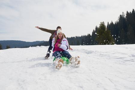 personas saltando: romántica escena de invierno, la joven pareja feliz se divierten en espectáculo fresco en vacatio invierno, la naturaleza paisaje de montaña Foto de archivo
