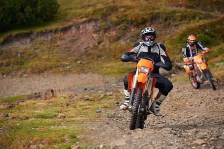 amateur: los conductores de motocross aficionados tienen manía paseo en el camino de las montañas