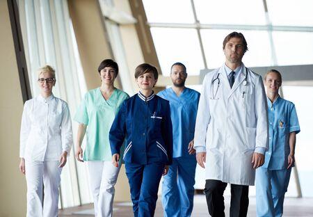 caminar: los médicos del equipo caminando en el pasillo del hospital moderno en el interior, grupo poeople