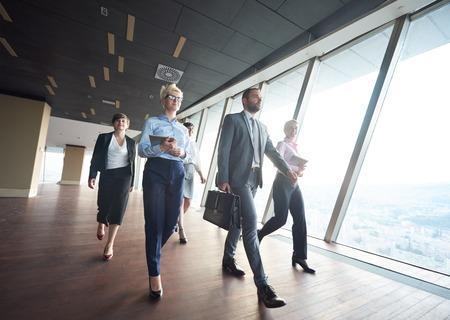 business team, Geschäftsleute, Gruppe, Fuß bei modernen hellen Büro Innen Standard-Bild