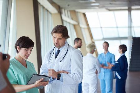 doctores: grupo de personal médico en el hospital, el equipo de médicos de pie juntos