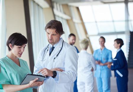 medicina: grupo de personal médico en el hospital, el equipo de médicos de pie juntos
