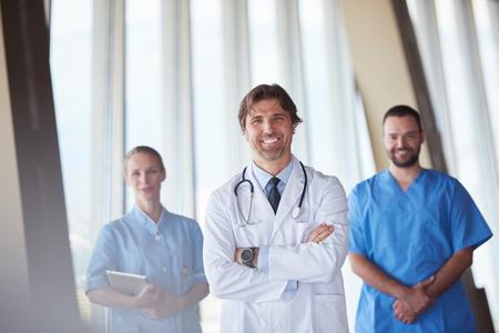 bata blanca: grupo de personal médico en el hospital, el equipo de médicos de pie juntos