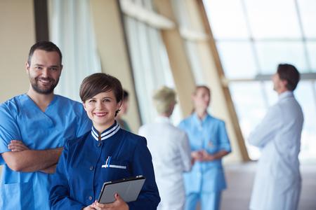 uniformes de oficina: grupo de personal médico en el hospital, el equipo de médicos de pie juntos