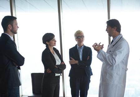 Arzt mit einer Patientenfamilie im hellen, modernen Büro im Krankenhaus