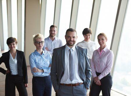 personas de pie: diverso grupo de personas de negocios de pie juntos como equipo en el moderno interior de la oficina brillante