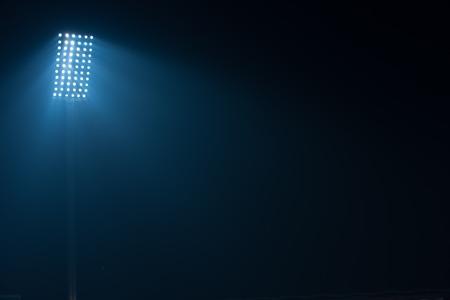 voetbalstadion verlichting reflectoren tegen zwarte achtergrond