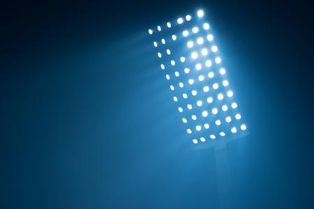 サッカー スタジアム ライト黒の背景に反射