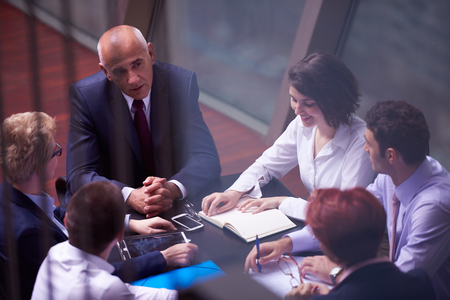 Start Geschäftsleute Gruppe haben Treffen in modernen hellen Büro inter, senoir Investoren und junge Software-Entwickler Standard-Bild