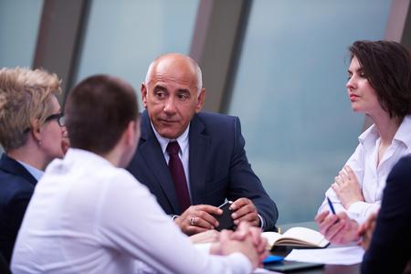 démarrage groupe de gens d'affaires ont réuni à l'intérieur lumineux et moderne de bureau, les investisseurs SENOIR et les jeunes développeurs de logiciels