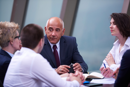 Startup-Unternehmen Gruppe haben Sitzung in modernen hellen Büro Interieur, senoir Investoren und junge Software-Entwickler