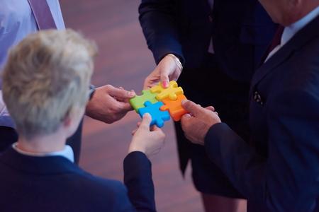 gente pensando: grupo de personas de negocios ensamblar rompecabezas y representan el apoyo del equipo y ayuda concepto, vista superior en perspectiva moderna oficina interior brillante