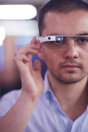 tecnología informatica: hombre joven que usa gafas de tecnología informática dispositivo de realidad virtual Foto de archivo