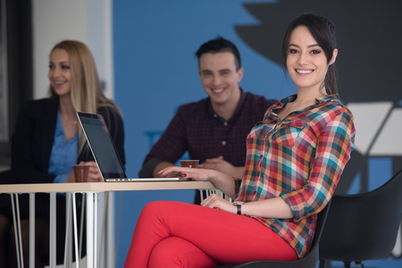 retrato de mujer de negocios joven en el interior de la oficina moderna puesta en marcha, el equipo en reunión de fondo