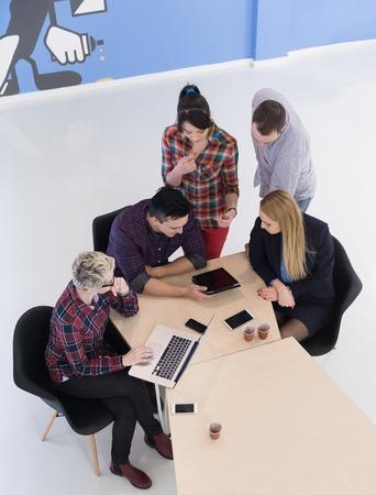 personas hablando: vista desde arriba de la gente de negocios de múltiples grupo étnico inicio de la reunión de reflexión reunión en la oficina moderna interior brillante